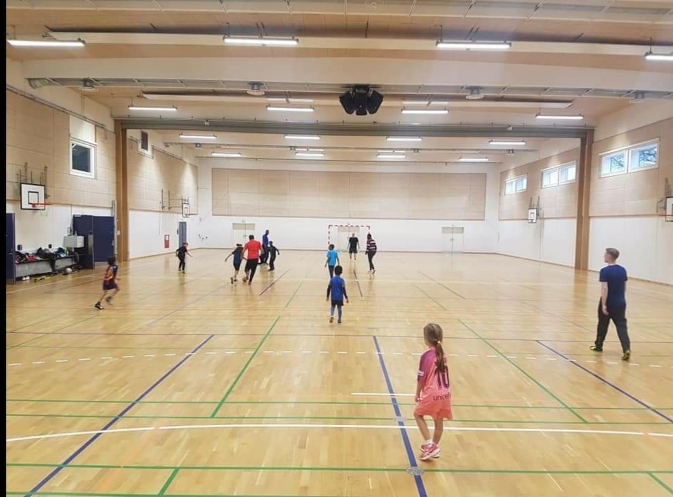 indendørs fodbold med børnene i Silkeborg United fodboldklub